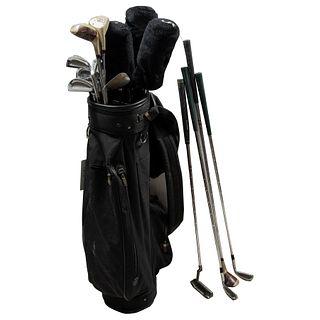 Lote de artículos para golf. Estados Unidos. SXX. Elaborados en metal. Consta de: Bolso, 20 bastones y par de zapatos # 7.