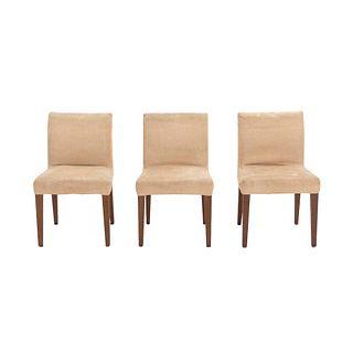 Lote de 3 sillas. México. SXX. Elaboradas en madera. Con tapicería de tela color beige.