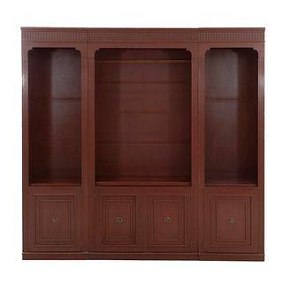 Librero. SXX. Elaborado en madera. A 3 cuerpos. Con entrepaños, 4 puertas abatibles con tiradores de metal dorado. 210 x 22