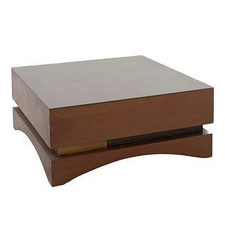 Mesa de centro. SXX. Diseño cuadrado. Con cubierta cuadrangular de vidrio y soportes orgánicos. 34 x 80 x 80 cm.