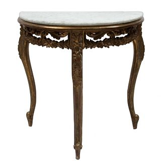 Mesa consola. SXX. Estilo Luis XV. Elaborada en madera dorada. Con cubierta semi circular de mármol blanco jaspeado. 75 x 74 x 40 cm