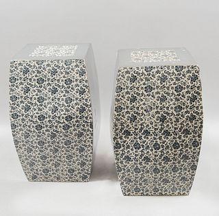 Par de bancos de jardín. SXX. Estilo modernista Elaborados en cerámica con detalles en esmalte plateado Decorados con esmalte plateado.