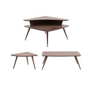 Juego de 3 mesas. SXX. Elaboradas en madera. Estilo Art Decó. Consta de: mesa de centro, mesa auxiliar y mesa esquinera.