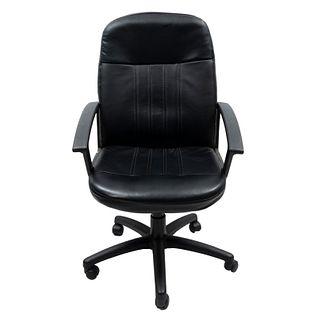 Sillón ejecutivo. SXX. Elaborado en material sintético. Con respaldo cerrado y asiento de polipiel color negro.