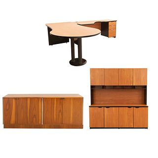 """Set de oficina. SXXI. Elaborados en MDF. Consta de: Escritorio en """"L"""", librero y credenza. 152 x 180 x 50 cm (mayor)"""