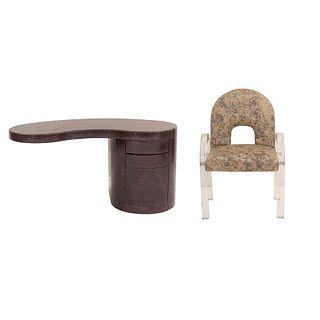 Escritorio y sillón. SXX. Elaborados en acrilico, madera y mdf. Escritorio con 4 cajones. Sillón con tapicería de tela.