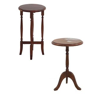 2 mesas auxiliares. SXX. Elaboradas en madera. Consta de: Mesa. México. Marca Galerías Chippendale. Con cubierta circular. Otra.