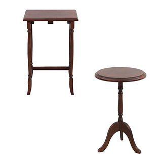 2 mesas auxiliares. México. SXX. Elaboradas en madera. Decoradas con molduras. Una con cubierta rectangular y otra circular.
