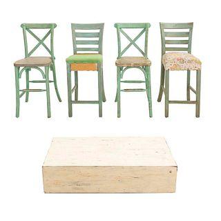 4 periqueras y mesa de centro. SXX. Diferentes diseños. Elaboradas en madera color menta y blanco Periqueras con respaldos semiabiertos