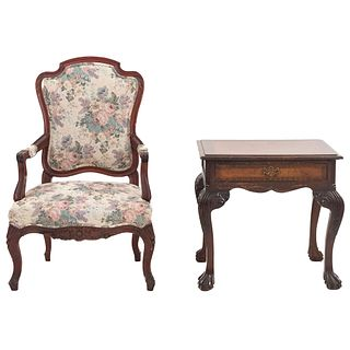 Mesa auxiliar y sillón. SXX. Elaborados en madera. Mesa con cubierta rectangular, cajón y soportes tipo garra. 64 x 65 x 48 cm