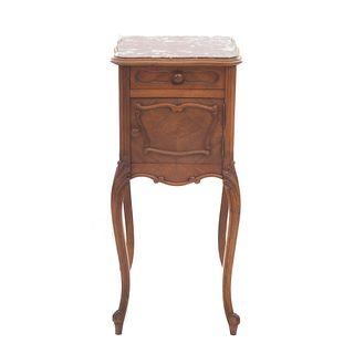 Mesa de noche. Francia. SXX. Elaborada en madera de nogal. Con cubierta cuadrangular de mármol rojo jaspeado, cajón.