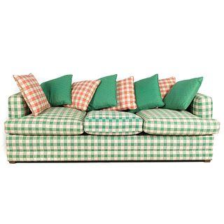 Sofá-cama. SXX. Estructura de madera. Con tapicería de tela a cuadros color verde y soportes cuadrangulares. Incluye 4 cojines