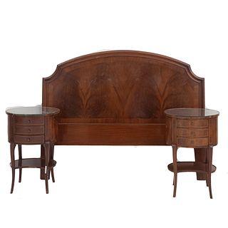 Recámara matrimonial. SXX. Elaborada en madera. Consta de: cabecera y par de burós. Burós con cubiertas de vidrio.