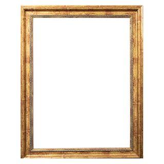 Espejo. SXX. Elaborado en madera dorada. Decorado con molduras y elementos orgánicos.