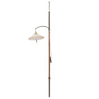 Lámpara de piso. SXX. Elaborada en metal dorado y madera. Para una luz. Con pantalla color blanco. 242 cm