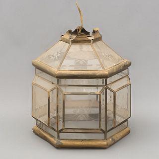 Lámpara de techo. SXX. Elaborada en metal dorado y pantallas de cristal esgrafiado. Para una luz. 32 cm.