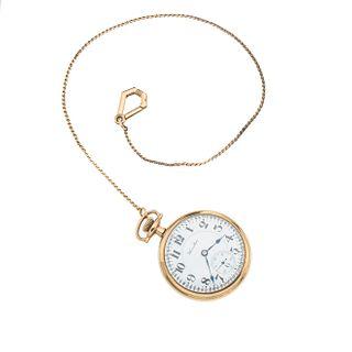Reloj Hamilton de bolsillo. Caja circular en acero dorado de 50 mm. Carátula color blanco con índices de números arábigos.