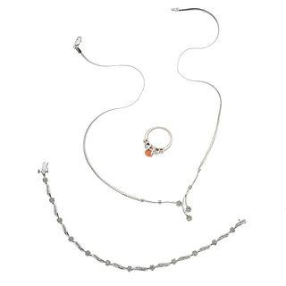 Pendantiff, pulsera y anillo con coral y diamantes en oro blanco de 10k y 14k. 1 coral corte cabujón. 179 diamates corte 8 x 8
