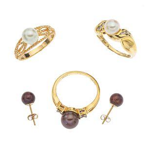 Tres anillos y par de broqueles con perlas y diamantes en oro amarillo de 10k y 14k. 5 perlas cultivadas color café y blancas.