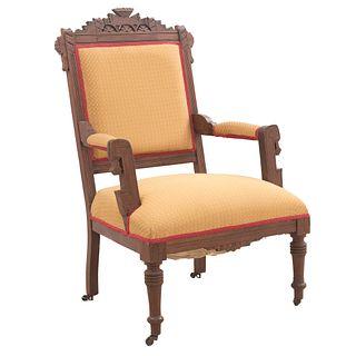 Sillón. Siglo XX. Elaborado en madera. Con tapicería de tela color amarillo, detalles en color rojo, fustes compuestos.