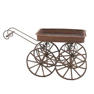 Carro de servicio. Siglo XX. Elaborado en metal y mimbre tejido. Con aplicaciones de madera y 4 ruedas.