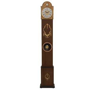 Reloj de pie. Alemania. SXX. Talla en madera. Marca Tempus Fugit. Mecanismo de péndulo. Con carátula circular. 178 x 32 x 17 cm