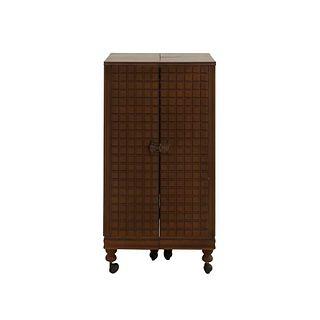 Alacena. SXX. Elaborada en madera. Con 8 entrepaños internos. Decorada con barandillas y elementos geométricos. 79 x 42 x 42 cm