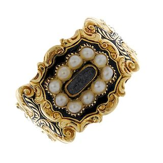 A George IV 18ct gold memorial ring. The central domed glass panel surrounded by seed pearls to the