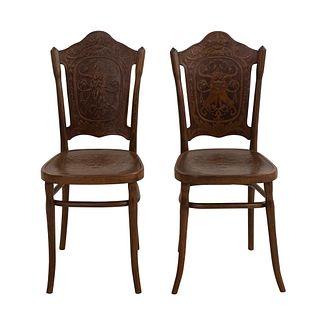 Par de sillas Hombre verde. Austria Ca 1900 Talla en madera. Con respaldos semiabiertos chambrana en caja, fustes y soportes semicurvos