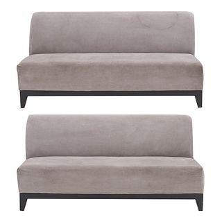 Par de sofás de 3 plazas. SXXI. Estructura en madera y tapicería de tela color gris.