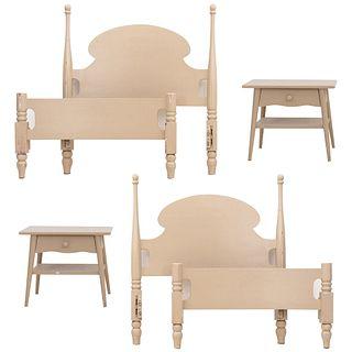Recámara. SXX. Elaborada en madera. Consta de: 2 camas individuales y 2 buros. Decorados con motivos torneados y molduras.