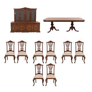Comedor. SXX. En madera tallada y enchapada. Consta de: Mesa, 8 sillas y vitrina. 203 x 236 x 45 cm (mayor) Piezas: 10