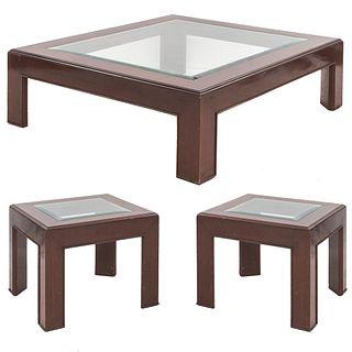 Lote de 3 mesas. SXX. Elaboradas en madera. Con cubiertas de cristal. Consta de: par de mesas auxiliares y mesa de centro.