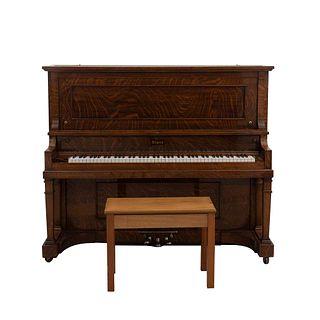 Piano vertical. Estados Unidos, SXX. Elaborado en madera enchapada. Marca Starr. No. Serie 122982. Con banco. 131 x 159 x 69 cm