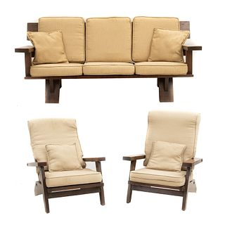 Sala. SXX. Elaborada en madera. Con respaldos semiabiertos y soportes lisos. Con tapicería de tela y 2 cojines. Piezas: 3