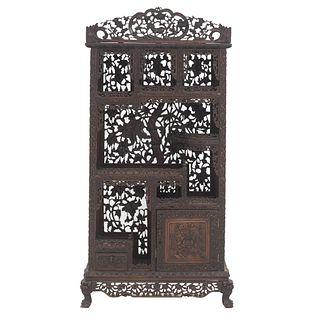 Vitrina. Principios del SXX. Estilo chinesco. En madera tallada, diseño calado. Desarmable. 170 x 82 x 34 cm