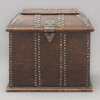 Baúl para vinos. India, SXX. Elaborado en madera. Cubierta abatible y soporte tipo zócalo. Decorado con remaches.