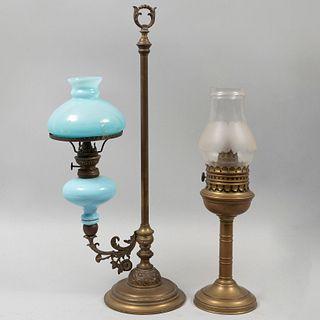 Lote de 2 lámparas de mesa. Francia, sXX. Elaboradas en latón y vidrio. Una marca Kosmos. Decoradas con elementos florales y orgánicos