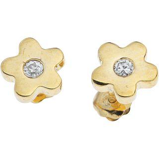 PAR DE BROQUELES CON DIAMANTES EN ORO AMARILLO DE 14K   PAIR OF STUD EARRINGS WITH DIAMONDS IN 14K YELLOW GOLD