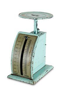 Briefwaage nach einem Entwurf von Marianne Brandt. Gotha, Ruppelwerke, um 1930. Türkis lackiertes Blech und verchromtes Metall. Höhe ca. 16,5 cm.