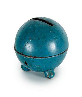 Spardose nach einem Entwurf von Marianne Brandt. Gotha, Ruppelwerke, um 1930. Blau lackiertes Blech. Höhe ca. 9 cm. Mit Schlüssel.