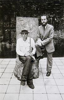 Beuys, Joseph Zeige deine Wunde. Raum mit Doppelobjekten. Mit 1 beiligenden zeitgenössischen Originalphotographie und 24 blattgroßen photographischen