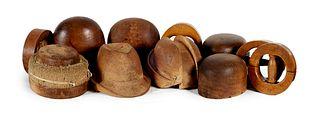 Sammlung von 12 Hutmodellen, teils mehrteilig. Frühes 20. Jhd. Verschiedene Hölzer. Variable Modelle. Durchmesser von ca. 18 bis 26 cm.