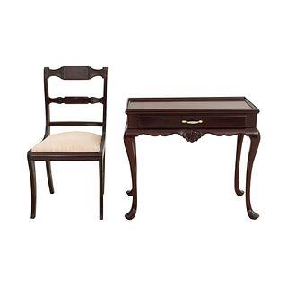 Mesa auxiliar y silla. SXX. Estilo Reina Ana. Elaborado en madera. Mesa con cubierta rectangular. Silla con respaldo escalonado.