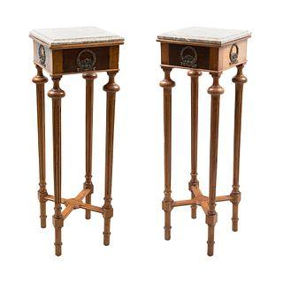 Par de mesas pedestales. SXX. Elaboradas en cedro con chapa de ojo de pájaro y cubiertas de mármol rosa. 100 x 30 x 30 cm.