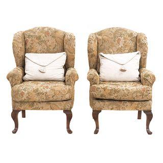 Par de sillones. SXX. Estructura de madera con tapicería floral de tela. Con respaldos cerrados y asientos acojinados.
