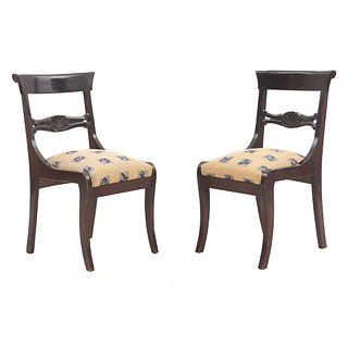 Par de sillas. SXX. Elaboradas en madera con tapicería textil con motivos geométricos. Respaldos semiabiertos y soportes semicurvos.