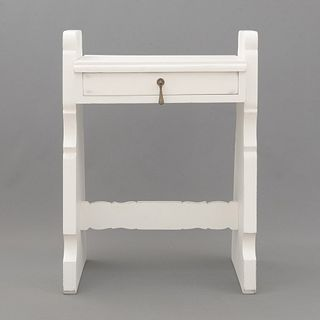 Mesa de noche. SXX. Elaborada en madera laqueada color blanco. Cubierta rectangular, cajón con tirador de metal.