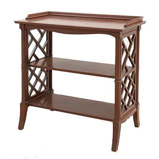 Mesa auxiliar. SXX. Elaborada en madera. Con 3 niveles. Decorada con molduras. 63 x 63 x 35 cm
