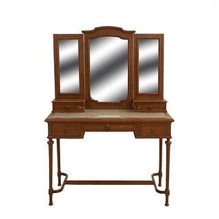 Tocador con espejo. SXX. Talla en madera. Con 3 lunas bisealadas, cubierta rectangular con vidrio y 5 cajones. 154 x 106 x 49 cm